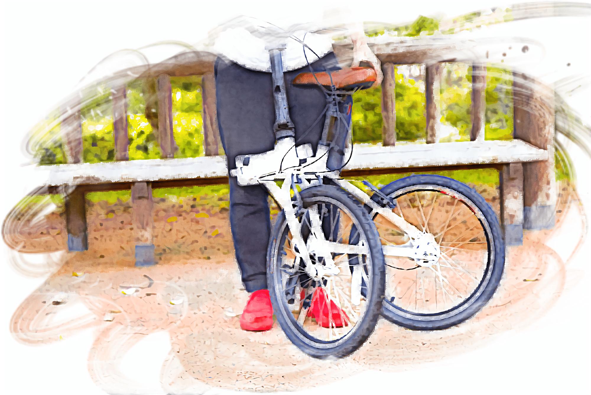 電動アシスト自転車と立っている男性